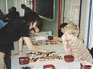日本棋院から囲碁普及のために派遣されたオランダで子供たちに囲碁を指導
