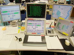 室員たちが使用する端末は、基本的に同じシステム。中央のメモ帳に文字を書き込むと、自動的 にデジタル化され、他の端末にも共有。平行して出動可能な車両情報も表示される