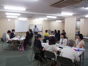 8月に渋谷で行われた「キャリアコンサルタント事前研修」の様子。講師による講義