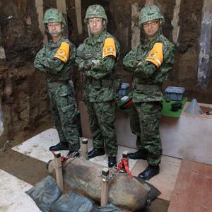 2012年10月に港区元赤坂で行われた不発弾処理現場。その不発弾を前にした一枚。中央が髙橋1尉だ