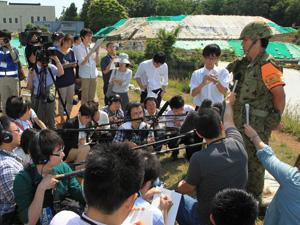 013年6月、北区で行われた不発弾処理現場で報道陣への対応をする髙橋1尉