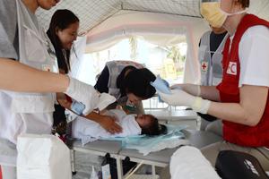 現地に設置された仮設診療所。今回のERU活動の中核的拠点であり、写真のように看護師や医師が被災者を診療。当初は一日70人も訪れたという
