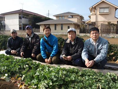 三鷹市内で一緒にのらぼう菜の栽培に取り組むメンバー。右から冨澤昌人さん、田中健一さん、冨澤剛さん、冨澤武人さん、森屋賢さん