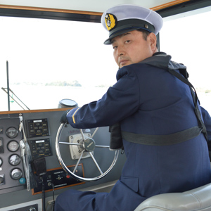 『ふじ』の操舵席での小野関船長