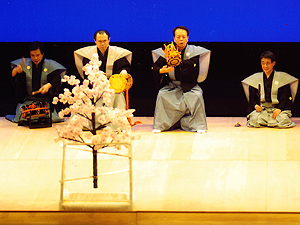 向かって右から笛の藤田次郎氏、小鼓、大鼓、太鼓