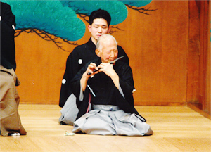 平成19年12月11日、孫の貴寛氏と演奏する藤田大五郎氏 ©亀田邦平