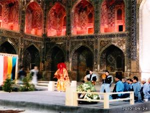 サマルカンド(ウズベキスタン)の世界遺産シェルドレ・メドレセ(神学校)の中庭で演能