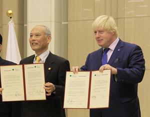 共同宣言員署名した舛添知事とジョンソン市長