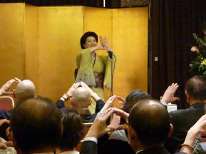 海外や日本の公演で観客と一緒に手話語りを行う平野啓子さん