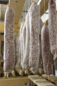 サラーメ・ディ・ファブリアーノの伝統的な製法は、10月から3月にかけて限られた生産者のみによって行われる