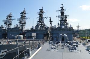 艦艇の先端・艦首付近から撮影した護衛艦「やまぎり」の全容。