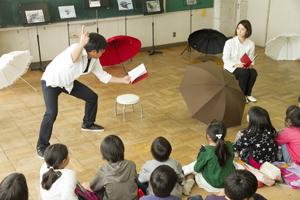 演目は主に児童文学の名作。観客を巻き込みながら短時間で楽しく進められていく