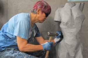 熊谷榧さんが石を彫っているところ