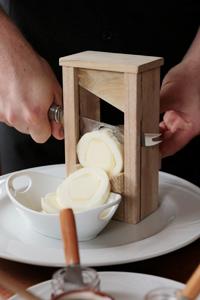 伝統的に特別な機会に食べられてきたブティッロには、このチーズ専用のカット台がある
