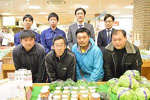 前列がJA八王子パッションフルーツ生産組合の4人(左から濱中さん、澤井さん、石川さん、関純一さん)。後列左がJA八王子の中村さん、黒澤慶一さん。右端がサイバーシルクロード八王子の仕舘岳大さん。その左が日本工学院八王子専門学校の田中秀幸先生