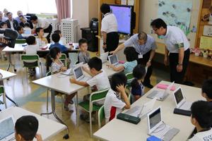 タブレットPCを使った授業(荒川区立峡田小学校)