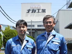 右が企画開発本部技術研究所の村井信幸所長。左が「抗ウイルス性樹脂手すり」の製品化に取り組んだ同研究所開発部の長橋洋一主任
