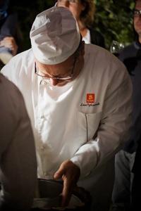 """氷と塩の冷却効果を用いて伝統的な""""ポツェット""""でグラニータを作る職人"""