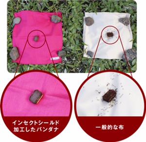 左はインセクトシールド加工を施したバンダナ、右は加工なしの一般的な布。チョコレート菓子を置いて15分後の結果。効果は歴然だ