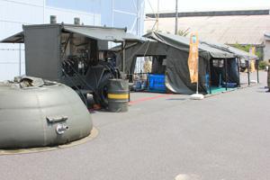 屋外入浴施設の外観。5m×5mのテントを複数繋ぎ合わせテント内に脱衣所や浴室が設置