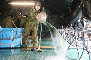 隊員は入浴施設を開設し、その後は浴室の清掃やボイラー等の機器のメンテナンスを行う