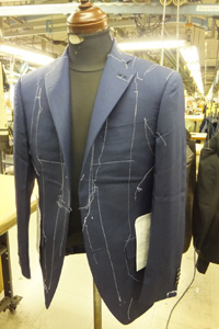 上衣縫製完了。品質検査工程