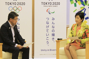 小池知事(右)に要望内容を伝える東村幹事長(左)