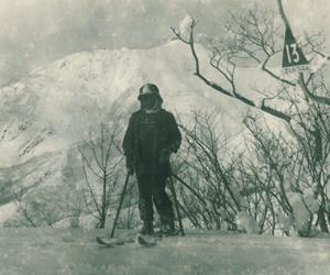 小学生時代、父・敬三に連れられて蔵王で山スキー (C)ミウラ・ドルフィンズ