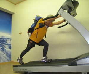 エベレストへ向けて低酸素室でのトレーニング (c)ミウラ・ドルフィンズ