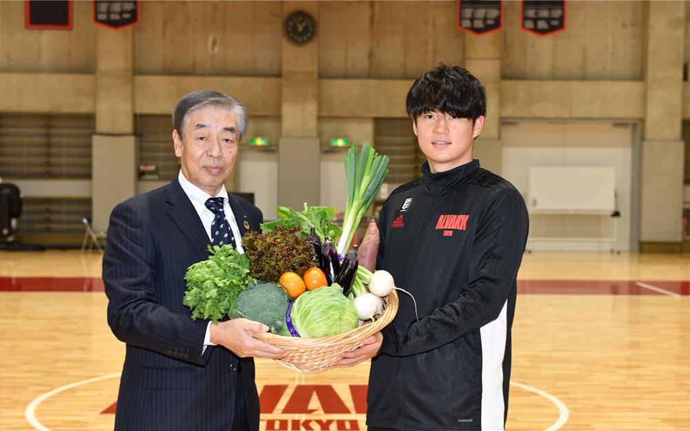アルバルク東京の安藤誓哉主将へ野菜を贈呈する城田会長